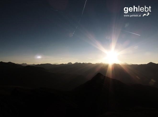 Über meiner Heimat, irgendwo hinter den vielen, vielen Berggipfeln geht die Sonne auf.