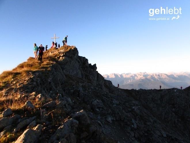 Das Feld der 11-Gipfel-Tour zieht sich nach dem zweiten Gipfel am Eisatz etwas auseinander.