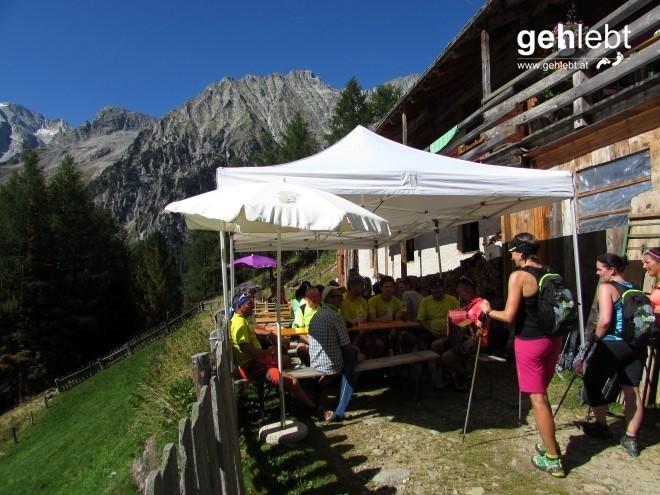 Mit Quetschn-Musik werden die 11-Gipfel-Tour-Menschen an der Steinzgeralm begrüßt.