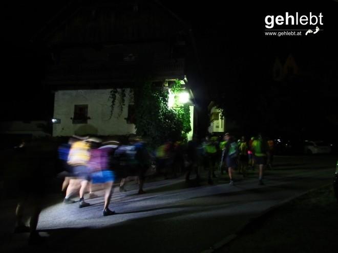 Stirnlampen und deren BesitzerInnen machen sich auf den Weg raus aus Oberrasen.