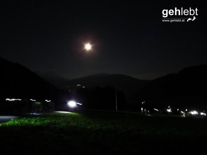 Stirnlampen strahlen mit dem Mond um die Wette.