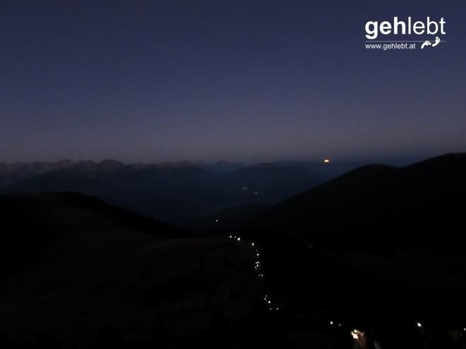 ...während sich der Mond hinter den Pfunderer Bergen verabschiedet und uns in den Tag entlässt.