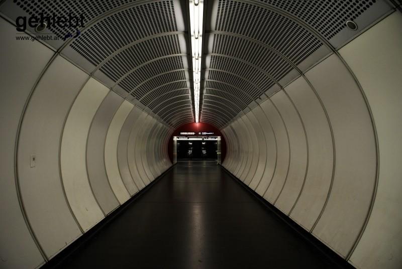 Die Stille des Herbstes kennt selbst in der U1-Station Hauptbahnhof kein Pardon.