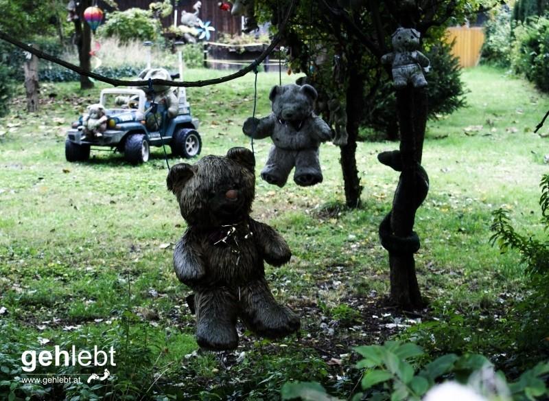 Gartenzwerge sind sowas von vorgestern, verblichene Stofftiere in allen Größen und Varianten sind angesagt.