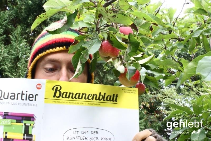 Selbst bei den saftigsten Äpfeln wird der Blick nicht vom Bananenblatt gelassen.