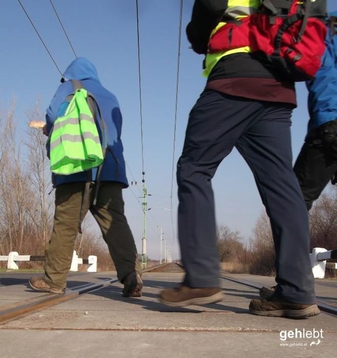 Frohen Schrittes am Bahnübergang.