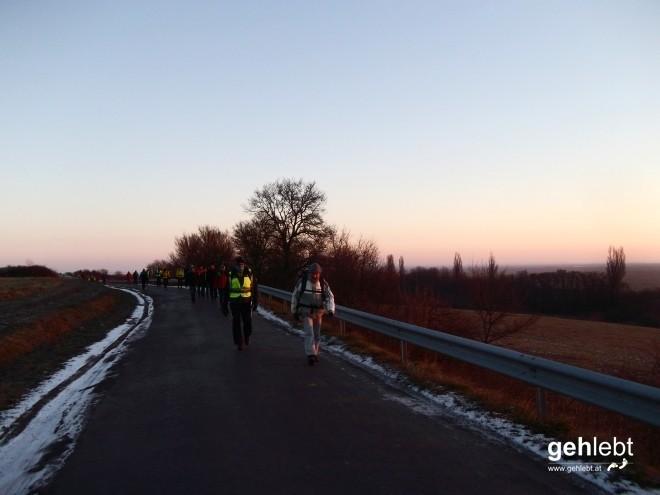 Frostige Sonnenstrahlen erreichen die Wandersleute.
