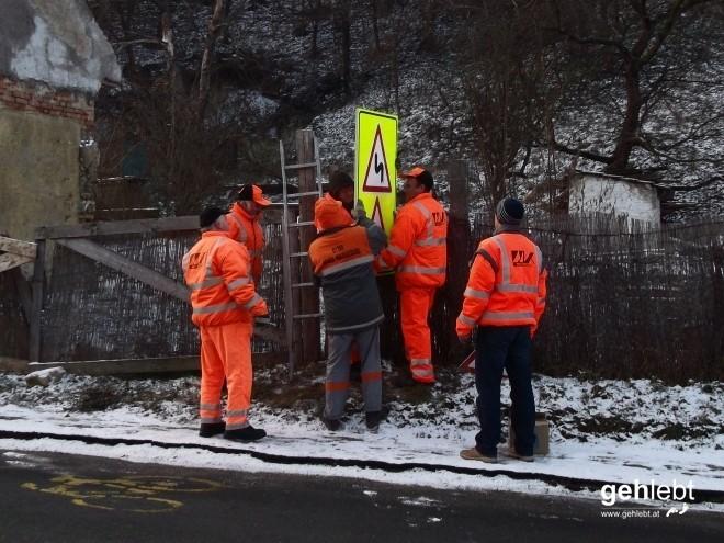 Wieviele Straßenarbeiter braucht man, um ein Schild zu montieren?