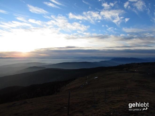 Mit diesem Blick gen Sonnenuntergang verabschieden wir uns vom Gipfel.
