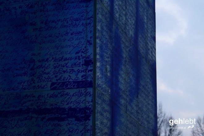 Wer braucht schon Wikipedia, wenn man am 15m hohen Blauen Obelisk auch die Geschichte Charlottenburgs und Berlins nachlesen kann.