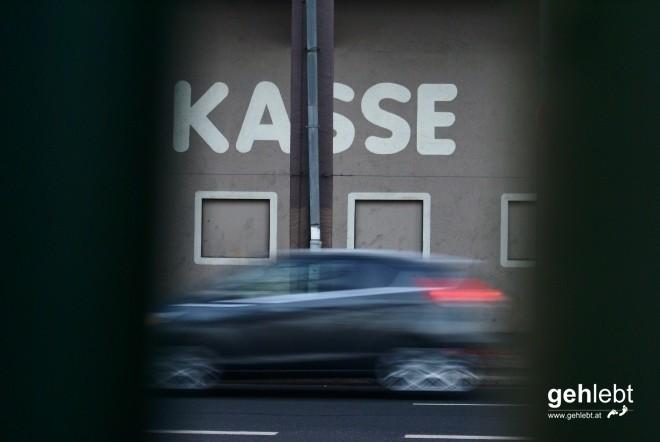 Was es damit auf sich hat, also mit der Kasse und dem Gebäude im Hintergrund, sollte sich mit BERLIN GEHT weiterbilden.