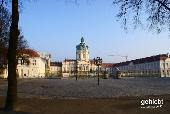 Schloss Charlottenburg mit dem für Berlin typischen Bauwerk: einem Kran.