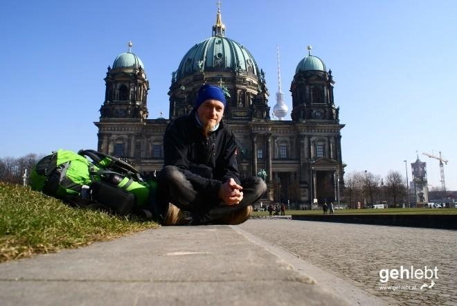 Vollblut-Tourist vor dem Berliner Dom mit Lust auf Garten.