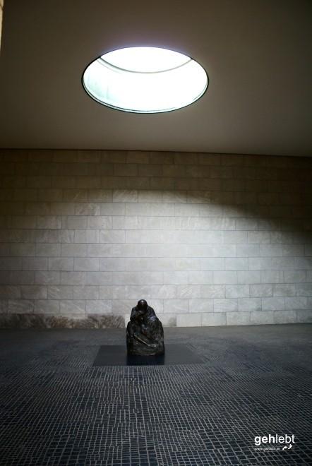 """Als zentrale Gedenkstätte für die Opfer von Krieg und Gewaltherrschaft fungiert die """"Neue Wache""""."""
