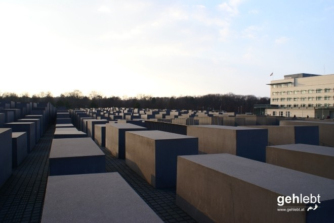 Das Denkmal für die ermordeten Juden Europas wird gerne für komische Fotos herangezogen...heute nicht.