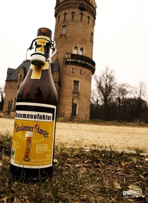 Braun und edel steht es mitten im Schlosspark Babelsberg. Und im Hintergrund der Flatowturm.