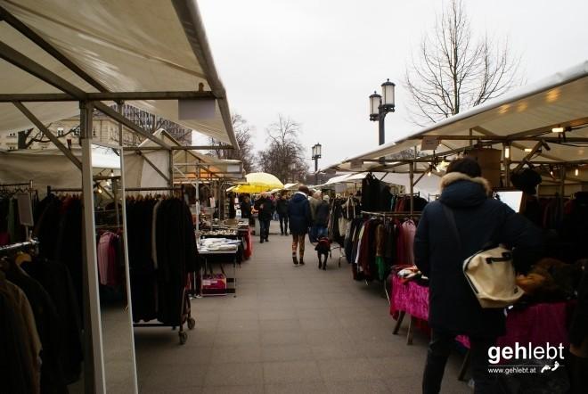 Samstäglicher Trödelmarkt an der Charlottenburger Brücke.