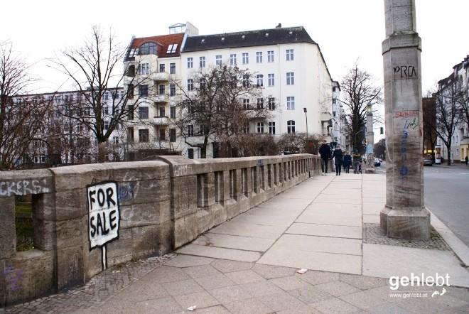 Was jetzt? Die Brücke? Die Pflastersteine? Das Stein-Geländer? Präziser bitte.