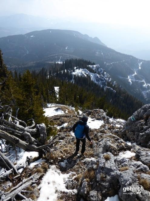Steiler, felsiger, ungemütlicher mit den Schneefeldern.