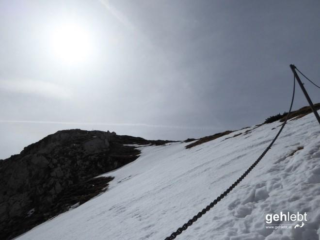 ...den steileren Schneesteig mit Kettensicherung. Eher den da.