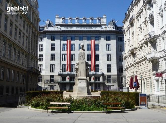 Am Georg-Coch-Platz mit gleichnamigen Denkmal.