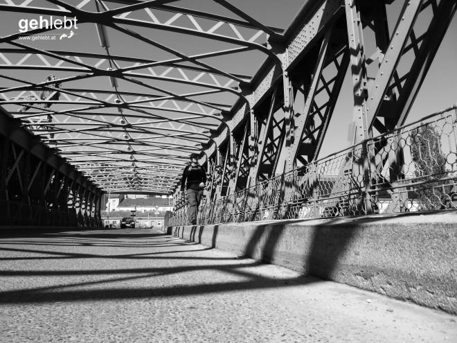Zwischen Licht und Schatten auf der Josef-von-Schemerl-Brücke.
